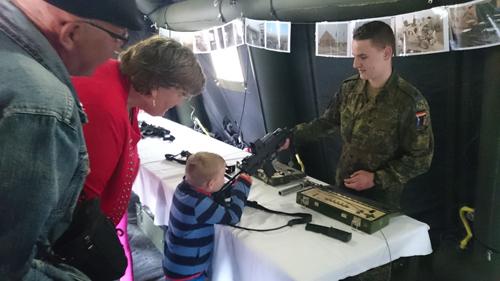 Bundeswehr bricht alle Grenzen – Kinder spielen mit Waffen