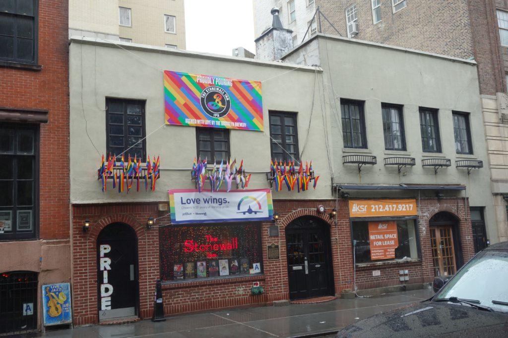 Das Stonewall Inn ist heute geschmückt. Direkt davor findet sich das Monument, das an die Kämpfe 1969 erinnern soll.